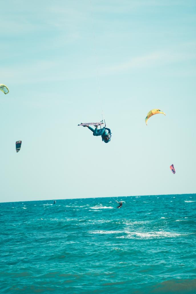 Kitesurf dating site.)